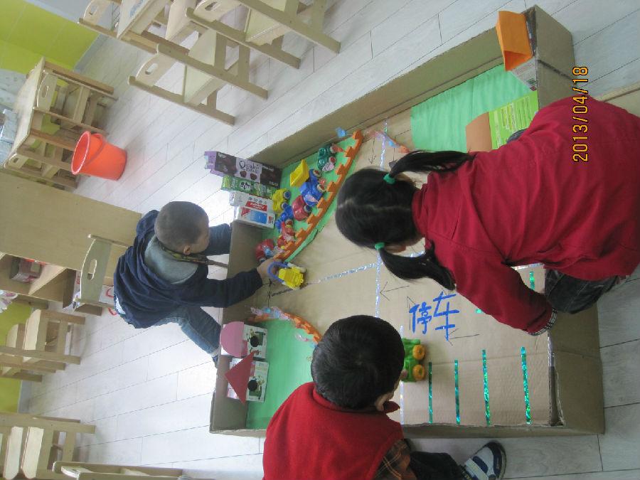 保护环境我知道 【活动目标】 1.幼儿通过实践活动,了解周围环境中的垃圾是哪里来的,认识其危害。 2.启发幼儿积极思考解决环境卫生的办法,并通过不同的方式表达出来。 3.引导大班幼儿为维护环境卫生做一些力所能及的事。 【活动准备】 1.课前让幼儿两人一组,调查并且用自己的方法记录,收集周围环境的垃圾分布情况。 2.投影片数张,投影仪 3.幼儿操作材料:橡皮泥、积木、绘画纸、笔。 【活动过程】 一、组织交流调查周围环境情况 1.师:这几天,我们对周围的环境进行了调查,并作了记录,现在谁来向大家介绍一下调查的