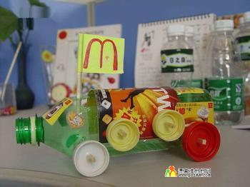 总之,矿泉水瓶经济,易收集,是幼儿园教师自制教玩具常用的材料.图片